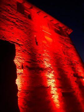 Das rot erleuchtete Schlössli am 22. Juni 2020. Mit dieser Aktion machte die Veranstaltungsbranche landesweit auf  ihre coronabedingte schwierige Situation aufmerksam.